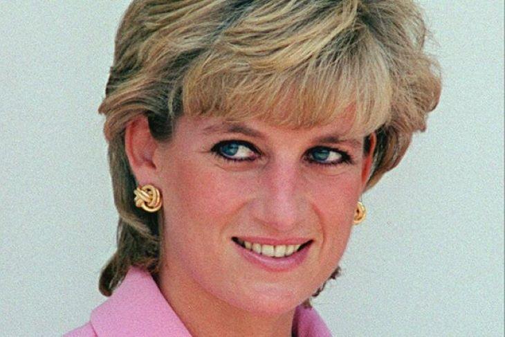 Szobrot állítanak Diana hercegnőnek a Kensington-palota előtt