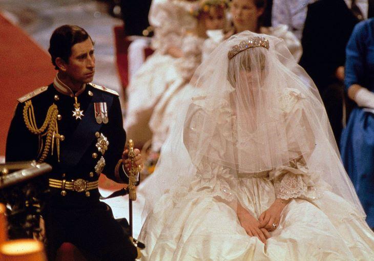 Kiállították Diana hercegnő menyasszonyi ruháját a Kensington-palotában (FOTÓ)
