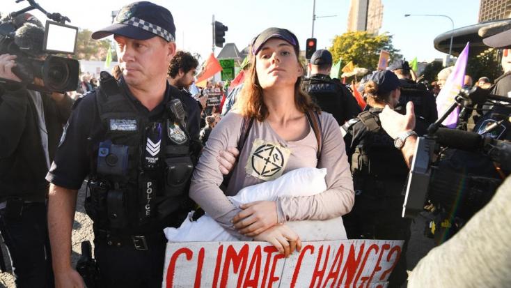A klímaváltozás ellen tüntető több tucat embert vettek őrizetbe