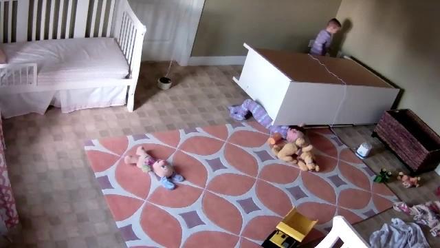 Kimentette a kisfiú a rádőlt szekrény alól 2 éves ikertestvérét