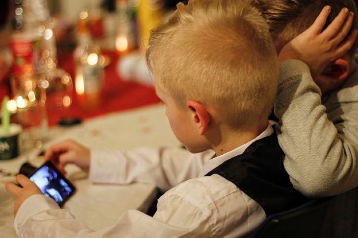 Szigorúan korlátoznák a gyerekek okostelefon-használatát