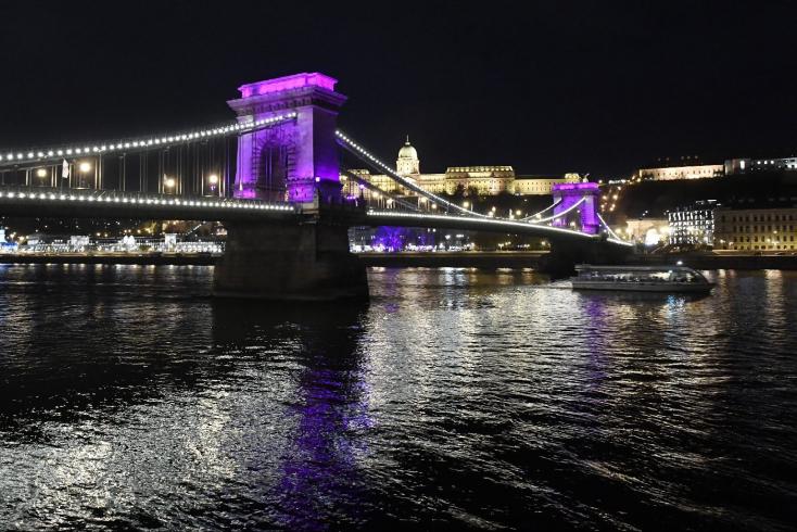 Ezért borul ma lila fényekbe a Lánchíd Budapesten