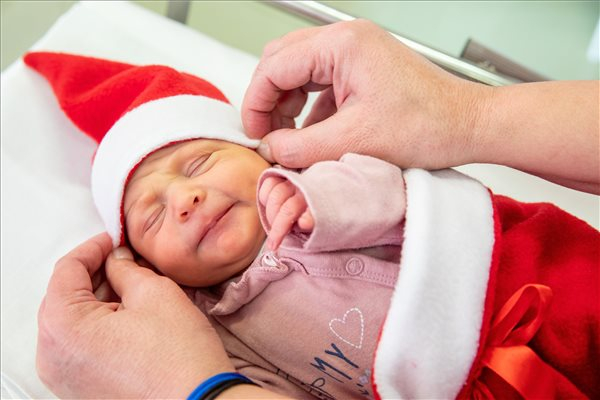 CUKI: Egy kórházban Mikulás ruhácskákba bújtatták az összes újszülöttet!