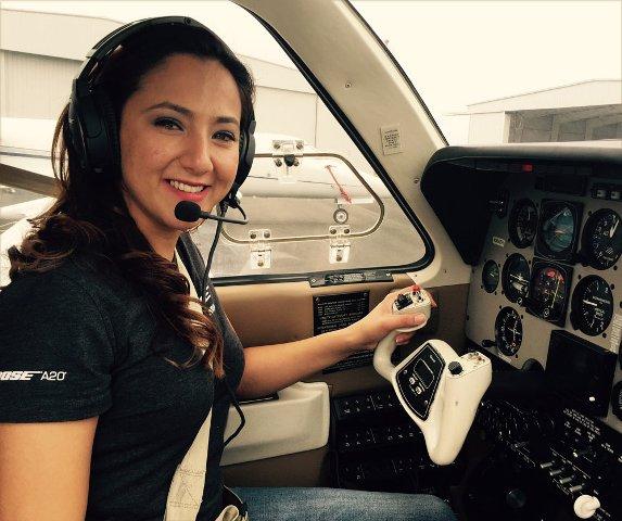Körberepüli a világot egy afgán pilótanő