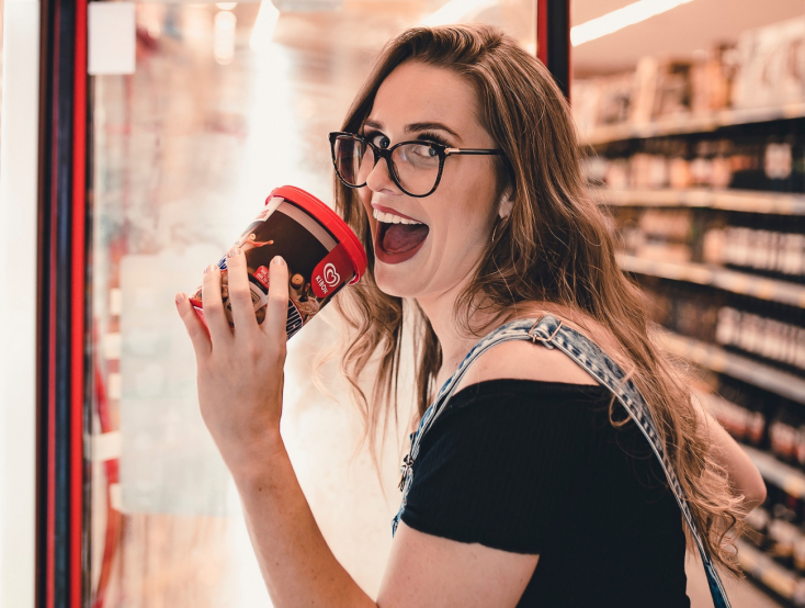 Végignyalogatta a fagyikat egy nő az áruházban, majd visszarakta a polcra