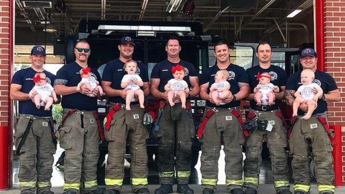 BABYBOOM A TŰZOLTÓSÁGON – Hét tűzoltónak hét gyermeke születetett alig több mint 1 év alatt