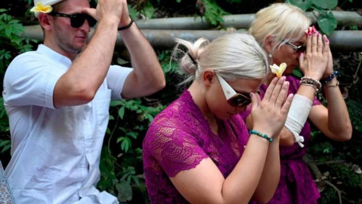 Szentelt vízzel fröcskölte le barátnője fenekét egy cseh férfi Balin, szertartáson kértek bocsánatot - VIDEÓ!