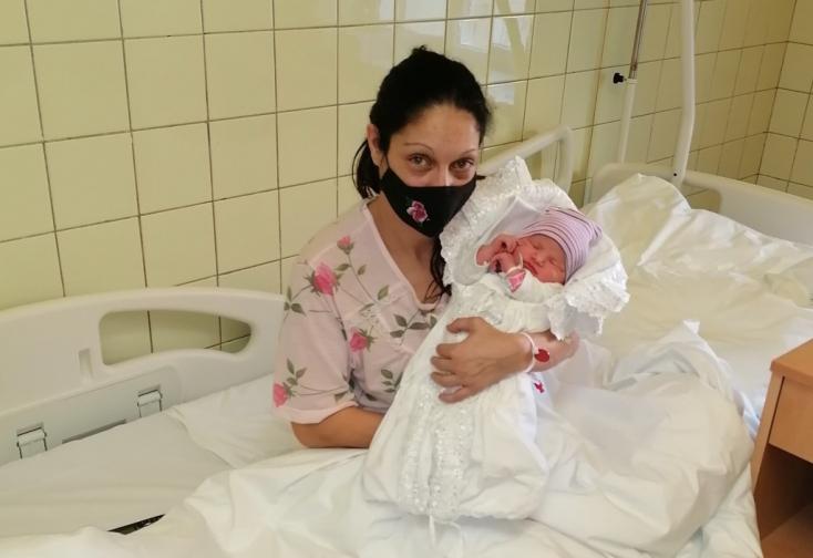Nyolcadik gyermekként született családjába az új év első babája Komáromban