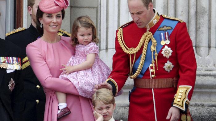 A brit királyi család karácsonyi fotóval örvendeztette meg az alattvalókat