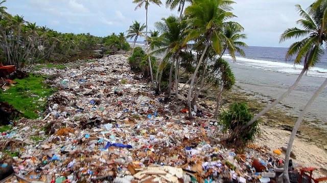 Naponta több mint 40 tonna szemetet takarítottak össze egy indonéz sziget partjairól