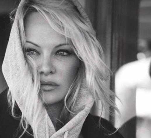 Még 50 felett is jó bőr ez a meztelen Pamela Anderson