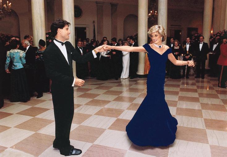 Diana hercegnő kék bársonyruháját a sikertelen aukció után egy brit intézmény vásárolta meg