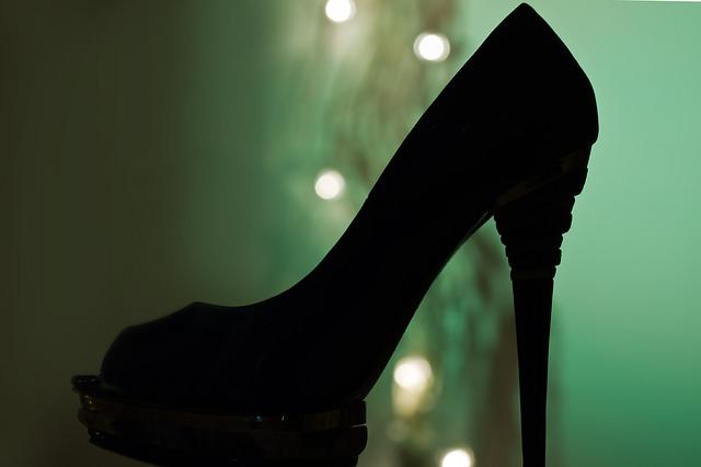 A magas sarkú cipő kötelező viselése ellen tiltakoznak a nők Japánban