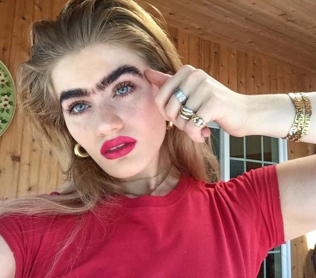 """Sűrű szemöldökével """"hódít"""" a modell az Instagramon"""