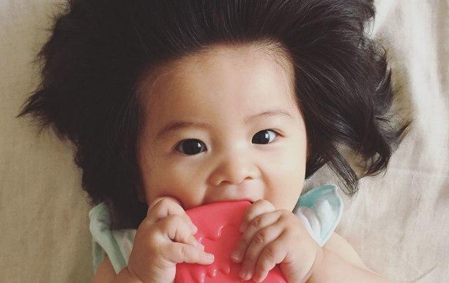 Ő a világ legdúsabb hajú kisbabája