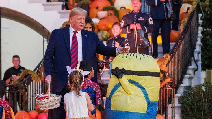 Kissé kínosra sikeredett Trump és felesége, Melania halloweeni édességosztása – VIDEÓ